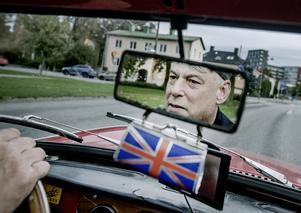 Anders väcker uppmärksamhet när han åker runt i sin brittiska sportvagn.