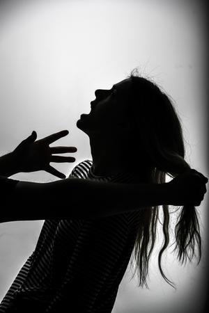 Arrangerad bild av man som slår kvinna.Foto: Anders Wiklund / TT