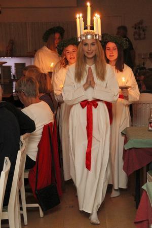 De som bokat in sig på Lions galakväll charmades rejält av ljusdrottningen och hennes följe. Och 13 december, kan alla se och höra dem, tillsammans med Järvsö barnkör, i Järvsö kyrka.