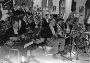 Hudik Big Band spelade för en liten publik på Folkets hus i Hudiksvall, enligt bildtexten till originalbilden. Årtal okänt. Fotograf: Malin Pahlm.