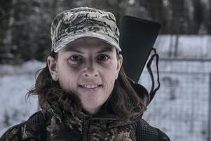 Jakten är inte bara ett fritidsintresse. Hon jagar också för husbehov.