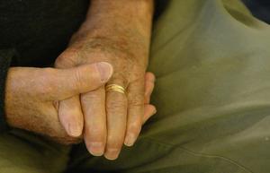 Den som är dement behöver mycket hjälp av vården. Men det fungerar inte alltid.
