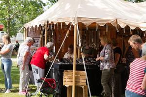 Många besökare njöt av solglimtarna och passade på att spana in marknadsutbudet.