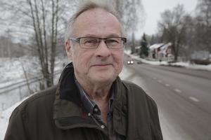 Nu måste kommunen vidta åtgärder mot bullret från Valhallavägen som stör oss närboende, säger Håkan Andersson som tror att det dröjer tio – femton år innan vägombyggnaden kommer i gång.