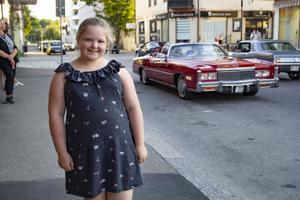 Kaisa Masalin, 9, tyckte det var kul att få komma ut och se allt folk och alla bilar.