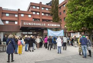 Demonstranterna stannade framför kommunhuset och skrev på post it-lappar vad de önskade av de lokala politikerna.