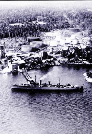 Det brittiska fartyget S/S Earl anländer till raffinaderiet med den första lasten råolja som tagits till Sverige med båt.