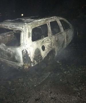 Tonåringarna ringde själv till SOS och larmade om branden, som de själv startat i en parkerad bil. Men när blåljuspersonal kom till platsen väcktes snabbt misstankar mot ynglingarna. Bild: Polisens förundersökning