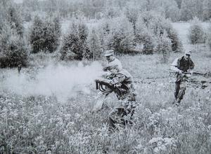 Övning av eldstrid och hur man går i eldställning på Myran, Falun, år 1957. Foto: Leif Forslund