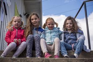 På läktaren sitter det många åskådare. Från vänster Thilde Isberg fem år, Tuvalisa Helmsäter Elversdotter nio år, Annie Andersson sju år och Ilse  Helmsäter Elversdotter fem år.