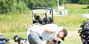 Golfbilarna med vätskepåfyllning var viktiga, här är en som framförs av en ung förare.