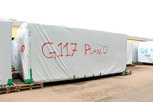 Som delar i ett jättestort pussel står de färdiga modulerna inplastade och klara i väntan på transport till Kungsbäck.
