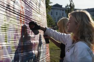Att få testa på graffitimålning var en populär aktivitet under ungdomskvällen i Sollefteå stadspark.