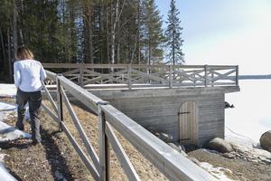 Det nybyggda båthuset har fått ett stort soldäck med utsikt över sjön.