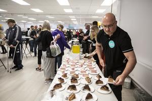 Tårtorna gick åt som smör under helgens invigning av Bilbolagets nya lokaler.