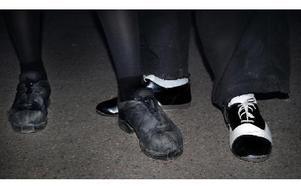 -- Det är viktigt att ha riktiga dansskor när man ska dansa en hel kväll, säger Mikael Lundgren. FOTO: FRIDA LILJEQUIST