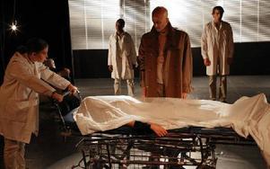 Scen ur pjäsen Det sovande folket som visar upp vad Fredrik Reinfeldts dystopiska manifest egentligen innebär. Foto: Lanna Olsson