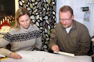 Jenny Östlund blir visad en ritning över ett kommande arbetsobjekt .av Tommy Lundin. Båda flyttar över till Östra Trösten när nya kontoret står klart.Logistiskt är dagens uppsplittring mindre rationell.