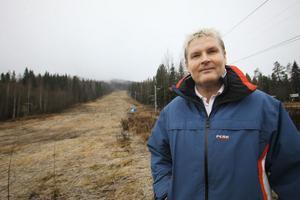 Lars Forsberg, platschef Hassela Ski Resort, är glad över att snökanonerna har kunnat startas på anläggningen.