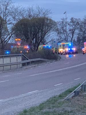 Ambulans, räddningstjänst och polis larmades ut till olycksplatsen. Läsarbild: Marcus Lindgren.