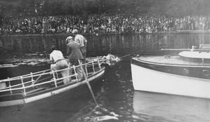 Publik längs hela strandkanten vid Holmensimningen, 1930-tal. Fotograf: Walfrid Carlsson