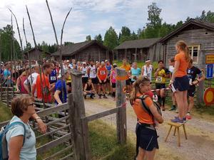 150 färgglada löpare bland grå fäbodstugor får information innan start av arrangörerna Kia Larson och Lotta Sander. (foto: Linn Lundin)
