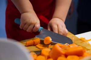 Treårige Zacharias har ännu inte gjort sig illa med sin särskilda barnkockkniv.