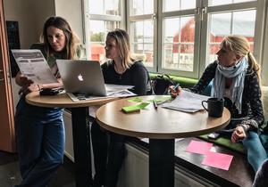 Från vänster: Affärscoachen Jenny Sandström tillsammans med entreprenören Åsa Lind Chang från Ragunda och läraren Kristina Nord från Öhn i Ströms Vattudal.  – Mathantverk som lokalt tillval i undervisningen kan bli en konkurrensfördel för skolor som vill profilera sig.