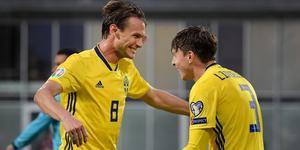 Victor Nilsson Lindelöf, till höger, gratuleras av Albin Ekdahl efter sitt mål.
