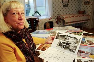 Många bilder som väcker minnen finns det i 2020 års almanacka. Här visar Maud Stranneby från Hallsbergs hembygdsföreningen gamla bilder från järnvägen som finns med i kalendern.