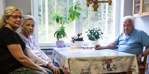 Anki, med mamma Eva och pappa Guy i föräldrarnas lägenhet i Bergvik. Familjen har IVO-anmält avdelning 20 efter att Eva vårdades där med stora brister kring omvårdnaden.