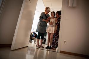 Med stapplande steg tog hon sig långsamt från köket till hennes och systerns rum. Både Elisabeth och Bahar behövde stödja och peppa.