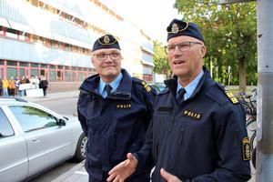 – Det är fruktansvärt om man känner sig rättslös, säger polisområdeschefen Per Ågren (till höger). Han och lokalpolisområdeschefen John Köhler var på plats i samband med manifestationen.