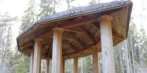 Platsen för kontemplation och skydd från regn är designad Menna Hagström och byggd av Ingvar Manners.