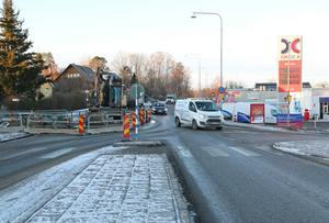 Läckan har skett vid OK-Q8 i Nynäshamn och ett körfält har fått stängas av.