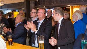 Dämpade applåder på Moderaternas valvaka när resultatet de första vallokalsundersökningarna kom. På bilden Patrik Stenvard, kommunalråd, Lars Beckman, riksdagsledamot och Måns Montell, gruppledare för partiet i kommunfullmäktige.