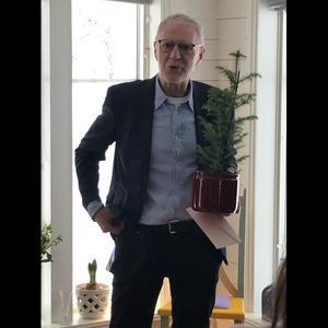 Stefan Nolervik när han fått motta hedersutmärkelsen av Per Stjernströms Kulturstiftelse.