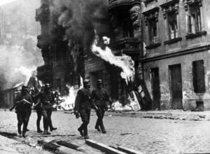 Det judiska gettot rensas av nazisterna, Av de 600 000 judarna i gettot överlever endast 60 000. Majoriteten transporteras till utrotningsläger. Foto: Pressens Bild / TT /