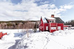 Natursköna Marnäs, faluröd villa med vita knutar.Foto: Svensk Fastighetsförmedling.