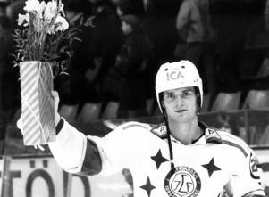 Ulf Skoglund prisad som matchens lirare efter en match på 80-talet. Foto: Benny Norgren