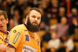 Mikael Wallin hade aldrig spelat på högre nivå än division 2 – men på onsdagskvällen gjorde försvarsbjässen debut i allsvenskan.