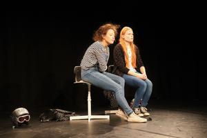Ebba-Sofie Nordquist som karaktären Linn (vänster) och Josefine Nyman som Jenna på scenen i