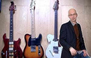 FÖRNUFT OCH KÄNSLA. Vad ska kastas bort, vad ska sparas? När är samling perfekt?  En svår balans, enligt krönikören. Som ni ser på bilden finns det ändå alltid plats för en till om man till exempel samlar på gitarrer.