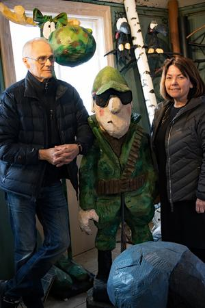 Leif Nordlöf och Gudrun Axman Jumisko står här tillsammans med den tuffe jägaren Uffe från serierna. I bakgrunden skymtar Hälge i kamouflageutförande.