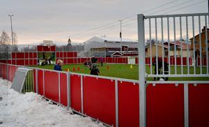 Så fort det blir tillräckligt kallt kommer barn och vuxna kunna åka skridskor på den nya multisportarenan vid Enbacka skola.