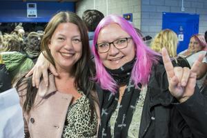 """Lotta Löfgren och Tina Engvall var väldigt pepp inför showen. """"Mia Skäringer – kan det bli bättre? Det finns ingen bättre feminist. Hon är verkligen det ut i fingerspetsarna. Hon jobbar för att vi ska få vara som vi är"""""""