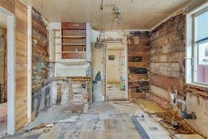 Foto: Micael Carlsson. Huset kräver en totalrenovering. En del arbete är påbörjat.
