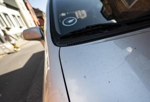 I bostadsområden så gäller den så kallade 24-timmars regeln, vilket innebär att du måste flytta din bil en gång om dagen, något som inte värnar vår miljö. Foto: TT
