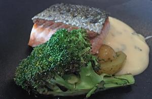 Den halstrade laxen ned sotad broccoli och dillslungad potatis slinker lätt ner.Foto: Lunchkollen