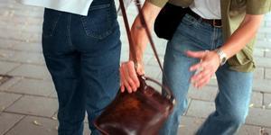 En kille ryckte handväskan från en kvinna i Köping i helgen som var. Bilden är en genrebild. Foto: Sofia Müller/SCANPIX.